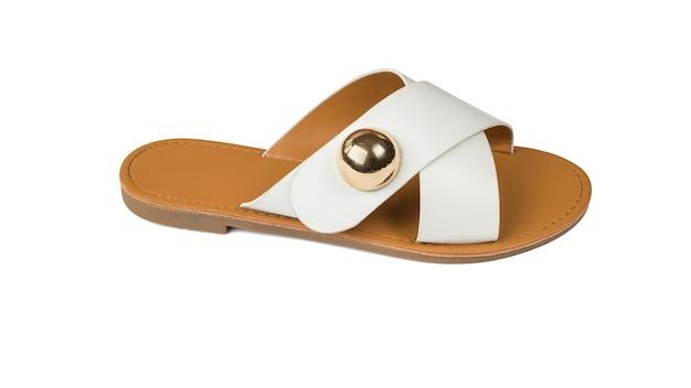 Stylowe białe sandały damskie na białym tle. wygodne letnie buty damskie.