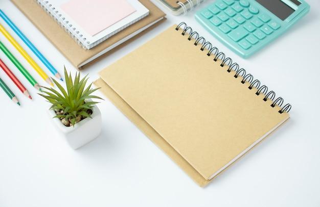 Stylowe biurko biurowe. obszar roboczy z laptopem, pamiętnik, soczysty na białym tle. widok z góry na płasko