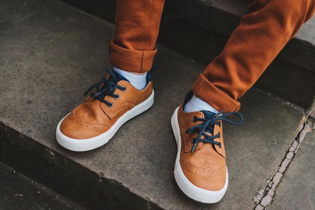 Stylowe brązowe buty małego chłopca