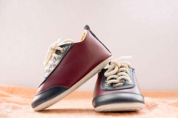 Stylowe buty sportowe dla małego chłopca. śliczne małe tenisówki dla dzieci