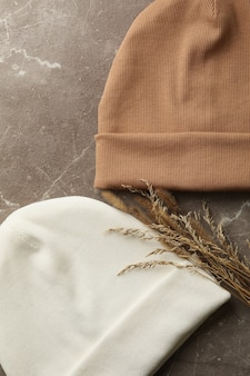 Stylowe czapki i rośliny polne