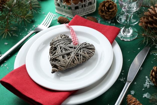 Stylowe czerwone, zielone i białe nakrycie bożonarodzeniowego stołu