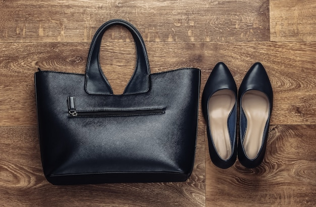 Stylowe dodatki damskie na podłogę. fashionista. buty na wysokim obcasie, torebka. widok z góry. płaski styl świecki