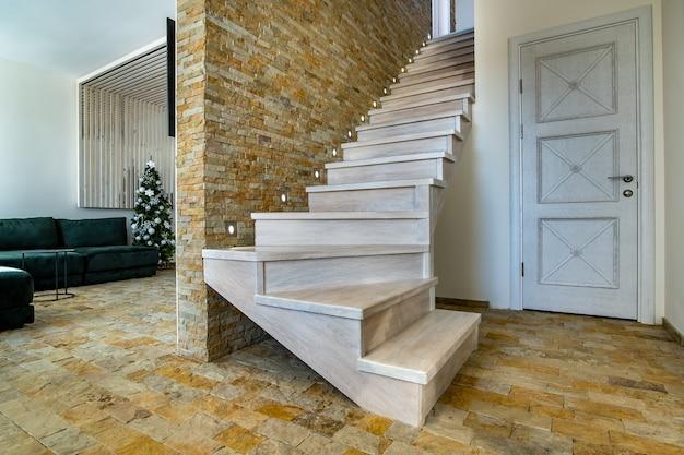 Stylowe drewniane współczesne schody wewnątrz loftowego wnętrza
