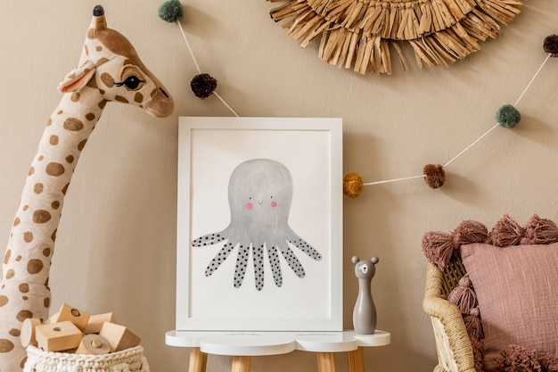 Stylowe i nowoczesne skandynawskie wnętrze noworodka z ramką na mały stolik. zabawki, sofa z poduszką i wiszące bawełniane kolorowe kulki. ściana beżowa. zaprojektuj home staging.