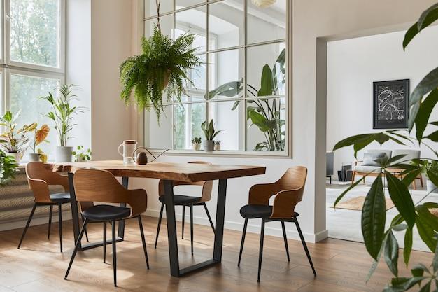 Stylowe i przytulne wnętrze jadalni z designerskim drewnianym stołem, krzesłami, roślinami, aksamitną sofą, plakatową mapą i eleganckimi dodatkami w nowoczesnym wystroju domu. szablon.