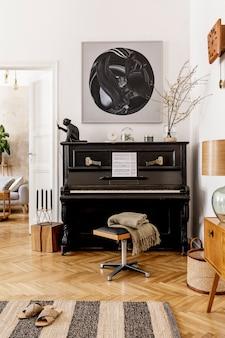 Stylowe i przytulne wnętrze salonu z czarnym fortepianem, meblami, rośliną, drewnianym zegarem, lampą, obrazami, dywanem, dekoracją i eleganckimi dodatkami osobistymi w nowoczesnym wystroju domu.