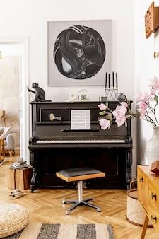 Stylowe i przytulne wnętrze salonu z czarnym pianinem, meblami, rośliną, drewnianym zegarem, lampą, makietami malarskimi, wykładziną dywanową, dekoracją i eleganckimi dodatkami osobistymi w nowoczesnym wystroju domu