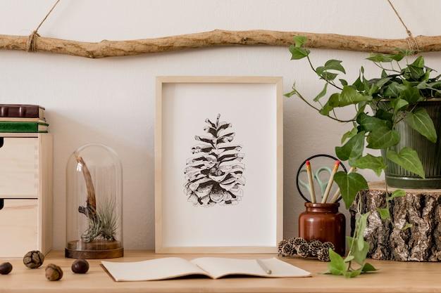 Stylowe i skandynawskie wnętrze salonu z szablonami, drewnianymi dodatkami, sukulentami, leśnymi szyszkami, roślinami, notatkami i rzeczami osobistymi