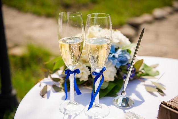 Stylowe kieliszki ślubne z szampanem stojąc na stole