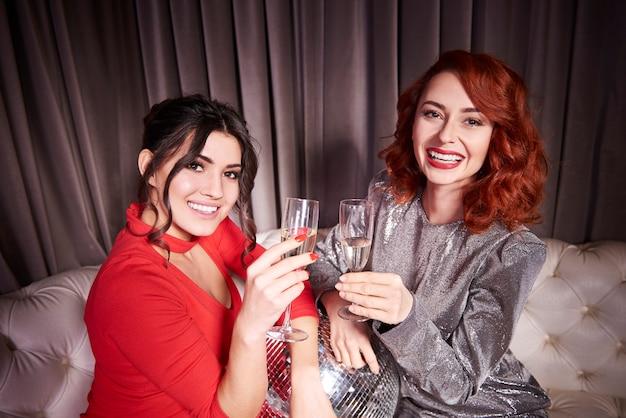 Stylowe kobiety z drinkami