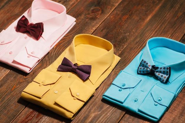 Stylowe kolorowe koszule męskie z muszką