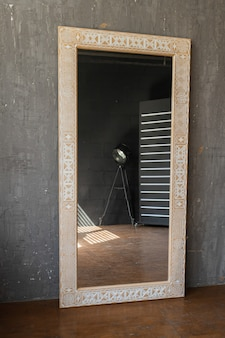 Stylowe lustro na szarym tle ściany