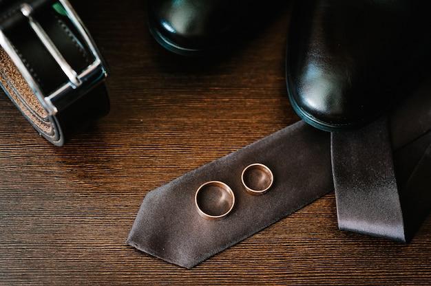 Stylowe męskie buty, pasek, krawat, pierścionki. akcesoria ślubne pana młodego