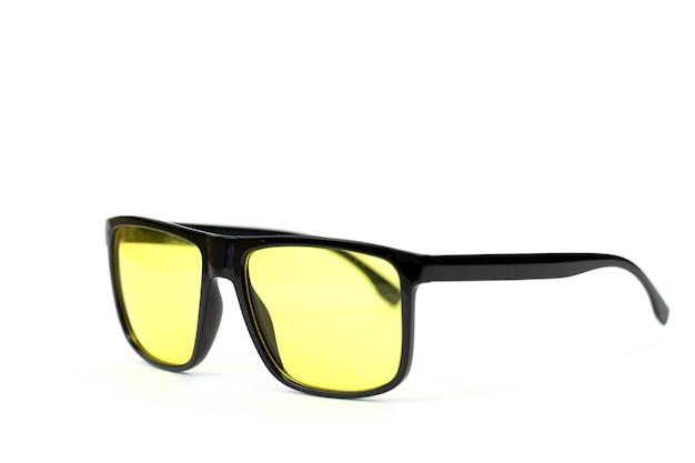 Stylowe męskie okulary przeciwsłoneczne hipster w czarnej plastikowej oprawce z kolorowymi żółtymi soczewkami