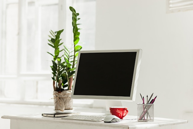 Stylowe miejsce do pracy z komputerem w domu lub w studio