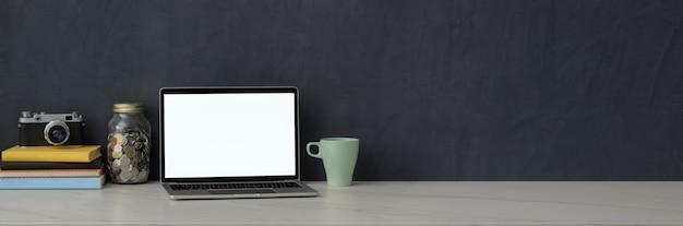 Stylowe miejsce do pracy z laptopem, aparatem, książkami i miejscem do kopiowania na marmurowym biurku