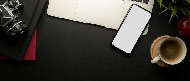 Stylowe miejsce do pracy ze smartfonem, laptopem, filiżanką kawy, aparatem, notebookami i miejscem na kopię
