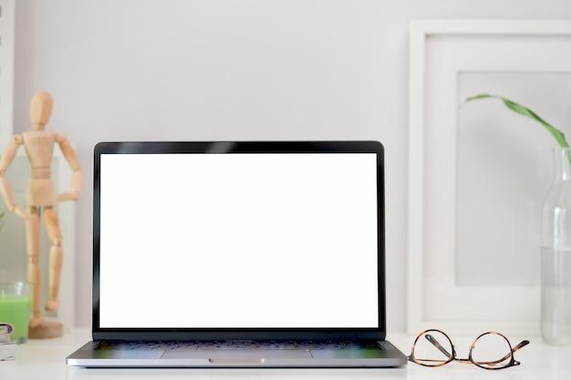 Stylowe miejsce pracy makieta pusty ekran laptopa