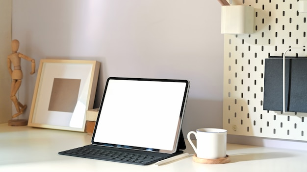 Stylowe minimalne miejsce pracy z tabletem makieta i miejsca na kopię