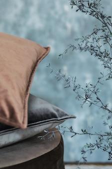 Stylowe nowoczesne wnętrze salonu z designerską poduszką i eleganckim szablonem akcesoriów osobistych