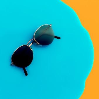 Stylowe okulary przeciwsłoneczne w stylu vintage na jasnym tle