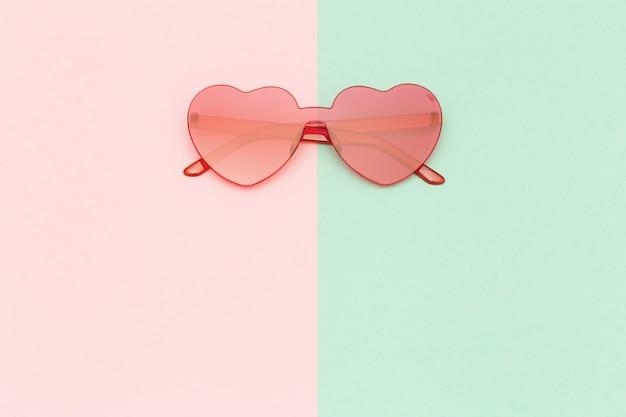 Stylowe okulary w kształcie serca. piękne modne okulary przeciwsłoneczne. koncepcja lato moda. leżał na płasko.
