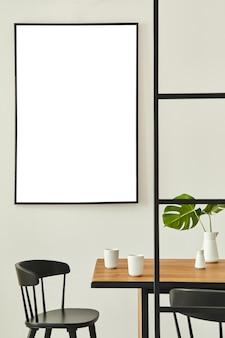 Stylowe, otwarte wnętrze z drewnianym rodzinnym stołem, czarnymi krzesłami, filiżankami kawy, tropikalnym liściem w wazonie, abstrakcyjnymi obrazami na ścianie i eleganckimi dodatkami. nowoczesny wystrój domu. szablon.