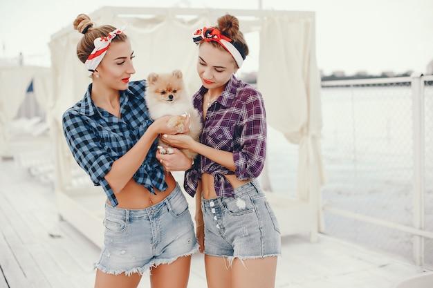 Stylowe pin up girls z małym psem