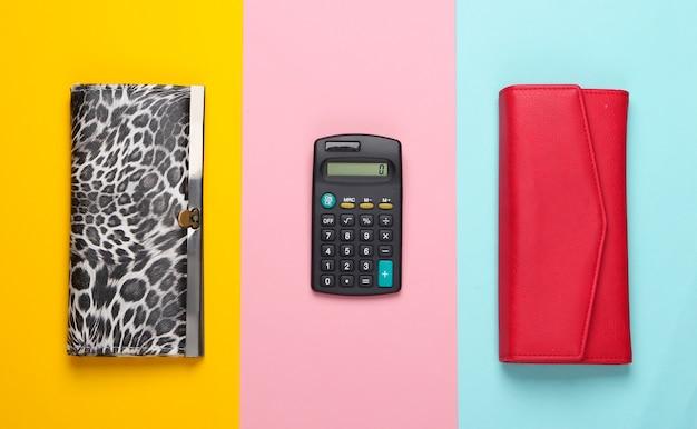 Stylowe portfele i kalkulator w kolorze. obliczanie kosztów zakupu.