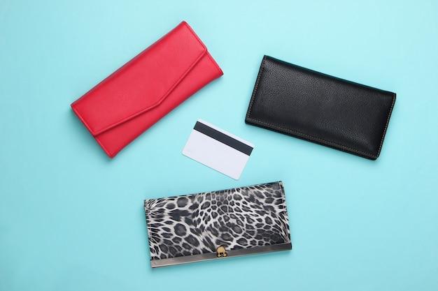 Stylowe portfele i karta bankowa na niebiesko.