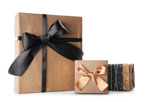 Stylowe pudełka na prezenty na białym tle