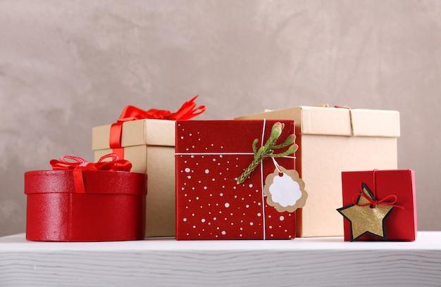 Stylowe pudełka na prezenty na tle ściany z teksturą