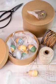 Stylowe pudełko z uroczymi drewnianymi zdobionymi jajkami na wielkanoc