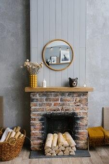 Stylowe skandynawskie minimalistyczne wnętrze z ceglanym kominkiem i kominkiem na drewno przytulny dom
