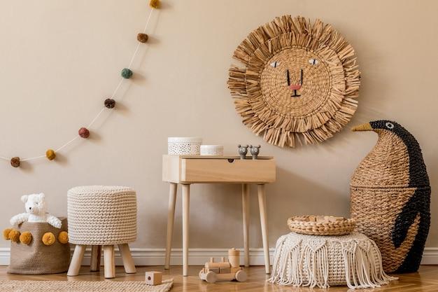Stylowe skandynawskie wnętrze pokoju dziecięcego z naturalnymi zabawkami, wiszącą dekoracją, designerskimi meblami, pluszowymi zwierzętami, misiami i akcesoriami. beżowe ściany. projekt wnętrz pokoju dziecięcego. szablon.