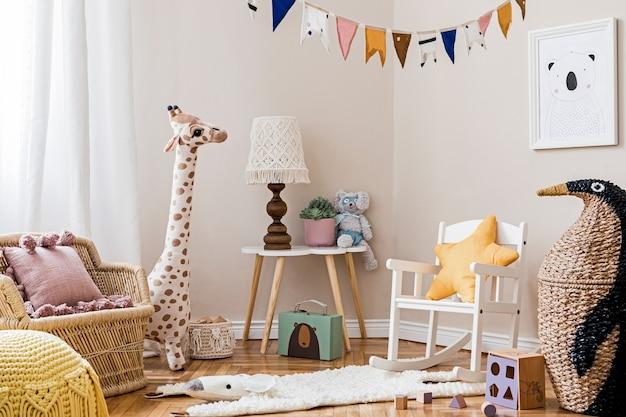 Stylowe skandynawskie wnętrze pokoju dziecięcego z ramą, naturalnymi zabawkami, wiszącą dekoracją, designerskimi meblami, pluszowymi zwierzątkami, misiami i akcesoriami. projekt wnętrz pokoju dziecięcego. .