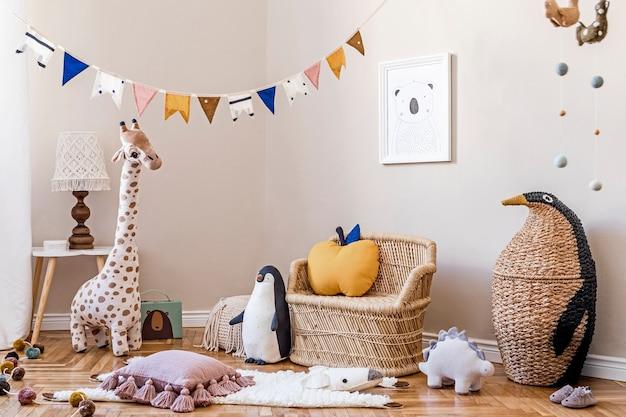 Stylowe skandynawskie wnętrze pokoju dziecięcego z szablonem naturalnych zabawek i akcesoriów