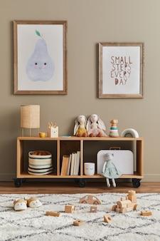 Stylowe skandynawskie wnętrze pokoju dziecięcego z zabawkami, misiem, pluszowymi zwierzętami, meblami, dekoracjami i akcesoriami dla dzieci. brązowe drewniane ramki na ścianie.