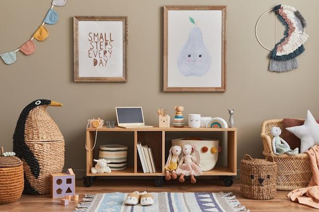 Stylowe skandynawskie wnętrze pokoju dziecięcego z zabawkami, pluszowym misiem, pluszowymi zwierzętami, miętowym fotelem, meblami, dekoracjami i akcesoriami dla dzieci. brązowe drewniane ramy na ścianie. szablon