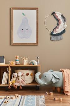 Stylowe skandynawskie wnętrze pokoju dziecięcego z zabawkami, pluszowym misiem, pluszowymi zwierzętami, pufą w kształcie słonia, dekoracją i akcesoriami dla dzieci