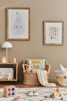 Stylowe skandynawskie wnętrze pokoju dziecięcego z zabawkami, pluszowym misiem, pluszowymi zwierzętami, ratanową sofą, meblami, dekoracjami i akcesoriami dla dzieci. brązowe drewniane ramy na ścianie. szablon
