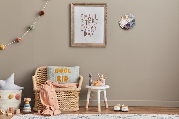 Stylowe skandynawskie wnętrze pokoju dziecięcego z zabawkami, pluszowym misiem, pluszowymi zwierzętami, rattanową sofą, meblami, dekoracjami i akcesoriami dla dzieci