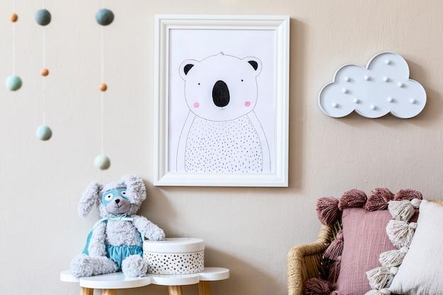 Stylowe skandynawskie wnętrze przedszkola z ramką na zdjęcia, pluszową zabawką, designerskimi meblami, zabawkami i akcesoriami. wystrój domu do pokoju dziecięcego.