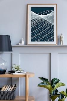 Stylowe skandynawskie wnętrze salonu z designerską lampą stołową, drewnianą konsolą, roślinami, książkami, dekoracją, makietą ramy plakatowej na półce i eleganckimi dodatkami w nowoczesnym wystroju domu.