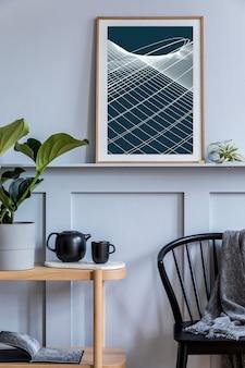 Stylowe skandynawskie wnętrze salonu z designerskim czarnym krzesłem, plakatem, drewnianą konsolą, roślinami, książkami, dekoracją, czajnikiem i eleganckimi dodatkami w nowoczesnym wystroju domu.