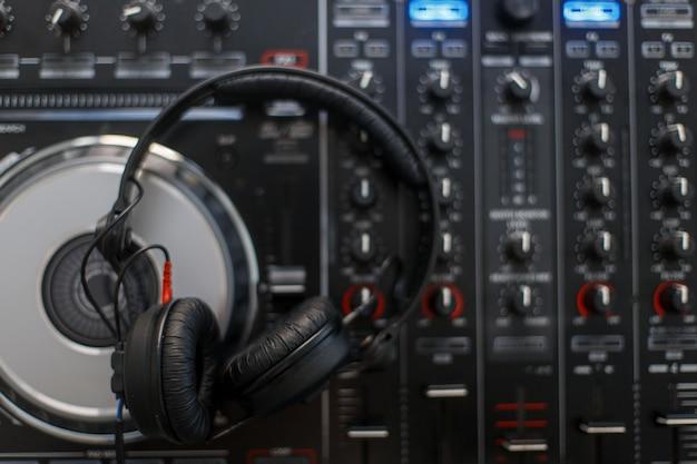 Stylowe słuchawki dj-skie i widok z góry na konsolę mikserską