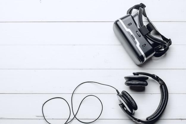 Stylowe słuchawki i zestaw vr na stole