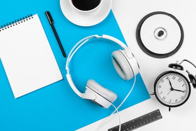 Stylowe słuchawki na niebiesko-białe