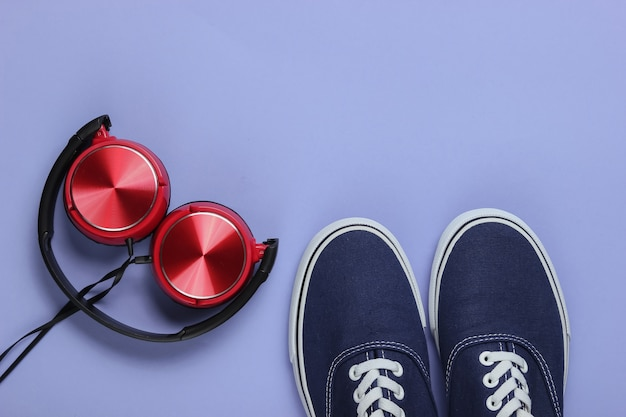 Stylowe słuchawki oldschoolowe trampki na fioletowym tle